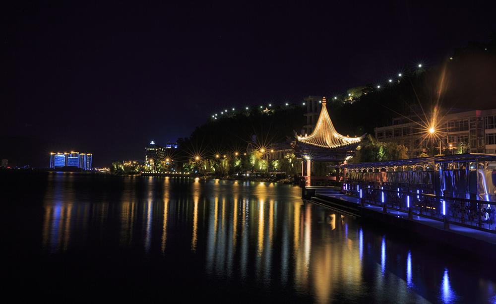 作为中国优秀的城市光环境运营商,北京良业环境技术有限公司率先在国内以PPP模式,为城市、景区开发建设优质的夜间旅游光环境设施,通过引入社会资本投资,建造旅游光环境并长期运营,促进旅游经济的发展与繁荣,创造巨大的社会效益和经济效益。 十一期间,良业打造的夜景旅游项目吸引了全国各地的游客前来,各大景区游客爆满。赏中秋之月,品光秀之美,耳目一新的震撼光影演绎得到游客的盛赞。 延安颂 近年来,红色旅游盛行,游客热情空前高涨。红色旅游作为一个热门主题已成为大众出游的重要选择。  延安颂灯光秀。  远眺灯光秀  延