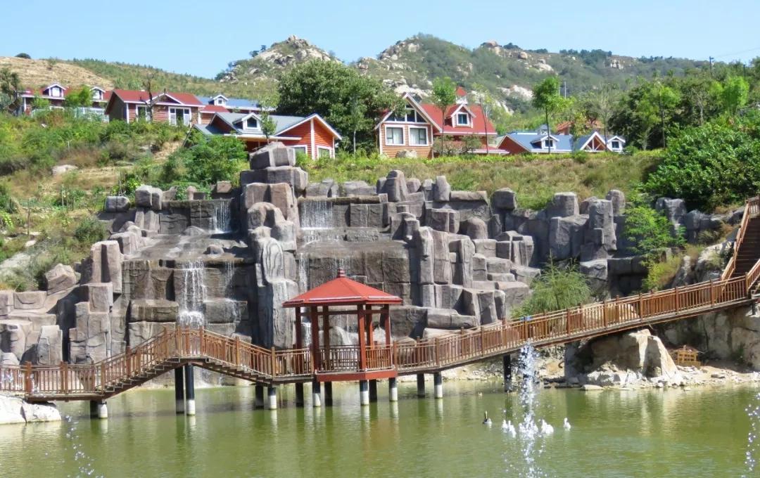 景区位于沂源县南鲁山镇,紧邻鲁山溶洞风景名胜区,生态优美,山水景观