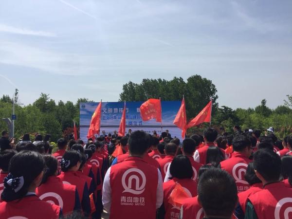 代表与青岛地铁党员志愿者代表作表态发言,承诺帮助他人,服务上合峰会
