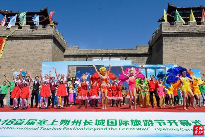 5月18日,2018首届塞上朔州长城国际旅游节在山西省朔州市右玉县开幕。一场内容丰富、特色鲜明的生态文化旅游招商盛会在这片美丽的土地上激情上演。来自美国、法国、俄罗斯、南非、斯里兰卡等20余国家的50余位国际旅行商,以及来自北京大学、清华大学、中国社科院的全国知名长城保护专家、旅游专家齐聚朔州,共同推动朔州文化旅游资源走向世界。  文化节以长城博览在山西,精品揽要在朔州为主题,充分依托朔州市丰富的历史文化资源和生态建设优势,紧紧围绕举右玉龙头,走生态之路,打长城品牌发展思路,通过举办2018首届塞上