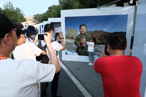 陈羽凡砸车摄影周还将为观众呈现500余位国家元首、政府首脑参观八达岭长城的身影及其寄语、留言等